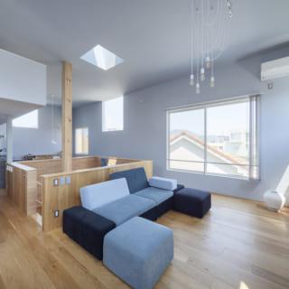 2階リビングスペース。隣家の窓を避けながらあちこちに窓が設けられ、天井にはトップライトも。時間帯を問わず光が差し込んできて風通しもよく、明るく気持ちのいい空間になった