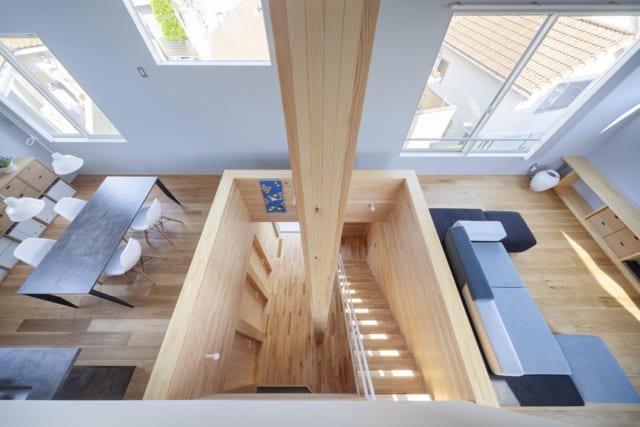 2階LDK。1階を見下ろすフロア中央の吹き穴を挟んで、右にリビング、左にダイニング・キッチンが配置されている。1つの空間としてつながりながらも居場所がそれとなく分けられており、とても生活しやすい空間だ