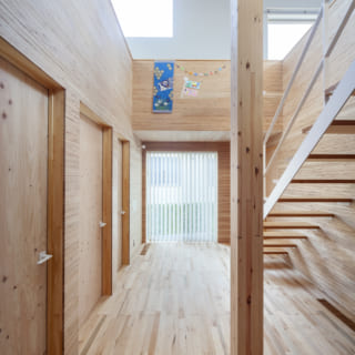 玄関を入ると、広々したエントランスホールと2階が見える吹穴がお出迎え。正面の視線も抜け、抜群の開放感