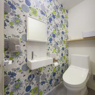 1階にあるトイレは手洗い付き。施主さまが選んだ壁クロスが華やかなアクセントになっている