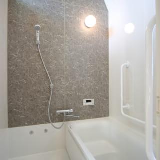 3階・子世帯の浴室は浴槽や床だけが既製品のハーフユニット。自由に選んだ壁は掃除しやすいバスパネル