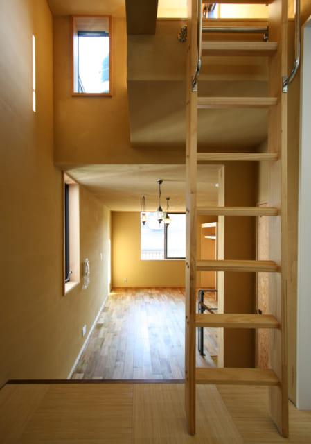 3階・子世帯の洗面スペースから奥さまの寝室を見る。屋上への出入口やハイサイド窓が、タテの広がりを演出