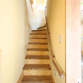 子世帯専用の土間から壁に囲われたこの階段をのぼると、パッと空間がひらけた2階にたどり着く
