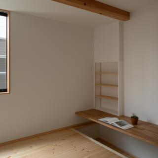 1階子ども室。建物を半分ほど地下に埋める構造で生まれた室内の段差を活用し、掘りごたつ式のカウンターを設けている。敷地形状を活かしたこんなアイデアを提案してくれるのも、齋藤さんの設計の魅力
