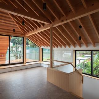 2階LDKのリビングスペース。大きく開けた窓に鮮やかな緑が広がり、屋外のようなすがすがしさ