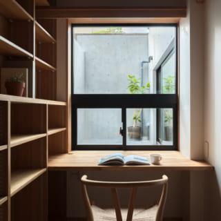 地下1階の書斎。広々したドライエリアから明るい光や風が入ってきて、気分よく過ごせる空間だ
