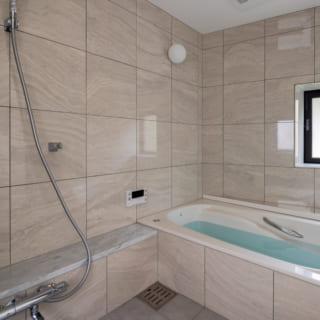1階バスルームは上品な色調。高級感があり、メンテナンスもしやすいタイルで仕上げている