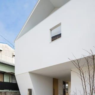 建物の2階のオーバーハングを支える意味でも、脚部分となる外壁はあえて捻れさせている