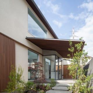 玄関はガラス張り。玄関ポーチへの階段は立体的なデザインが魅力のフローティングステップ(浮き階段)