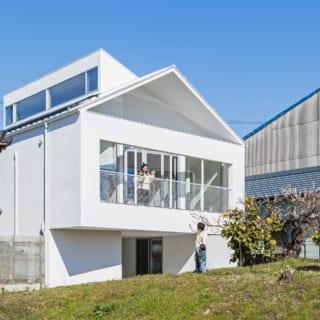 三角屋根と段違い屋根を組み合わせた独特な屋根形状。段違い屋根の側面の窓から室内へと採光を確保している