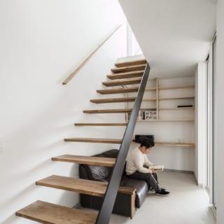 広い玄関土間は、I様が書斎のように利用することもできるよう、壁に棚やカウンターを造作