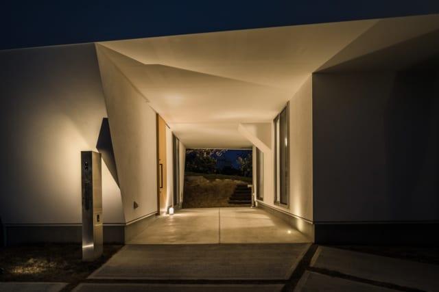 1階のインナーテラスは夜間、照明でライトアップされ、白一色の天井や壁に反射する光が、幻想的な模様を紡ぎ出す