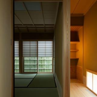 1階茶室。右手の板の間は茶事の準備を行う水屋。奥の茶室の障子は、下半分を開けられる雪見障子