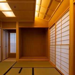 1階茶室の木材はスギを使用。床柱は絞り丸太。茶室らしい竿縁天井の間接照明が、室内をやさしく照らす