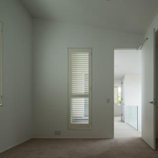 ハワイのコンドミニアムをイメージした2階の主寝室。大容量のウォークインクローゼットも2つある