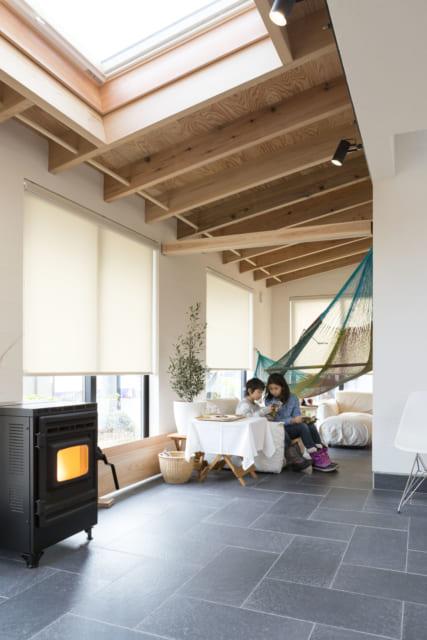 通り土間。リビングのようにソファもあれば、庭のようにハンモックもある。自由度が高い空間だ
