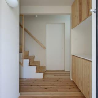 玄関を入ると階段がチラっと見える。「上があるんだな」と、まだ見ぬ空間への期待を抱かせるプロローグだ