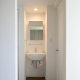 寝室を配した2階は、トイレの脇に小さな洗面スペースを設置。ここで就寝前の歯磨きなどができて便利
