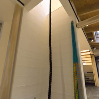 2階の子ども室脇から1階の土間にスルスルと降りられるターザンロープのように、遊び心ある仕掛けも多い