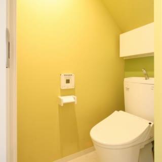 トイレは1階と2階の2カ所にある。住空間の内装は白がベースだが、トイレは壁の色を変えて遊び心をプラス