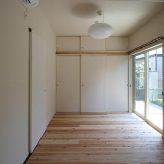 1階ゲストルームも、庭に面した明るい空間。親世代の介護が必要になった場合のことも考え、介護の際にはこの部屋を使えるようにと、目が届きやすいリビングの隣に配置した。さらに左奥の壁は、その先にある洗面・浴室へ直接行くこともできるよう取り壊し可能な造りにしている