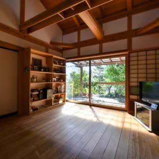 居間は南からの豊かな光が入ってくる。天井が高く開放的な、まさに「くつろぎの間」だ。右のふすまは寝室へ、左のふすまは書斎へと続く。廊下を省いて建具一枚で部屋と部屋を繋ぎ、車いすでの移動も楽々