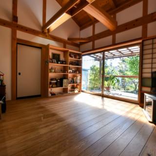 居間。床の杉板は一般的なものの2倍の厚みを持つ。空間にどっしりとした印象を与え、安心感ある仕上がりに
