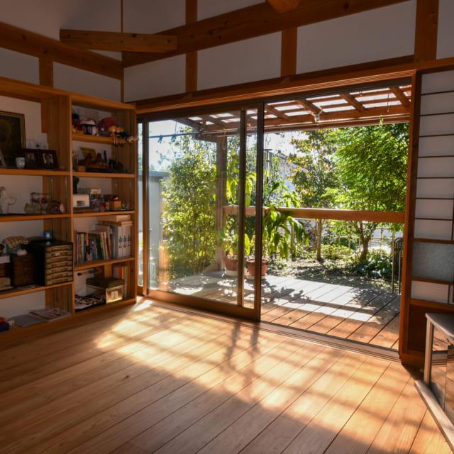 小鳥も遊びに来るお庭にも気軽に出られるよう、居間とテラスの床はフラットに繋いだ。テラスも居間と同じ杉材を使用しているが、板と板の間に隙間を設け、水が下に抜けるように設えた。「赤身杉は油分を含んでいるので、雨風に耐えるという点では一番強いといえます」と清水さん