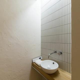 1階トイレ。一般的には集成材を使用する水まわりも無垢材を取り入れた。傷も生活の痕跡として愛おしむ