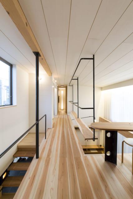 2階ホール。吹き抜けに沿った鉄は物干しとして使う。木材と同じく鉄も素材の色を生かすべく無塗装の黒皮色
