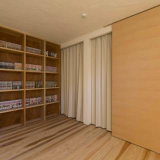 子ども室。「できるだけミニマムな考えで家づくりをしています」と堀井さんは言う。空間をシンプルなしつらえにするため、室内は極力扉を排している。どうしても必要な扉は建具枠を省いた引き戸にし、可能な部分は引き戸をさらにカーテンに置き換えた