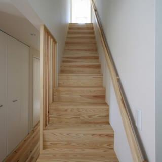 2階への階段。見上げるとバルコニーからの明るい光が視界に入り、「何があるんだろう」と先に進みたくなる