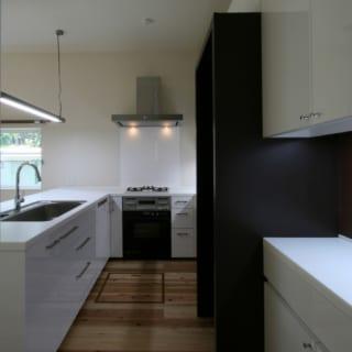 1階LDKのキッチンはオリジナル。2世代の主婦2人がゆったり料理できる造りで、使い勝手は抜群