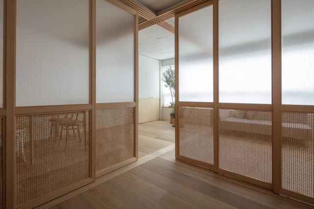 仕切りの扉は、ラタン(籐)とポリカーボネート製。ゆるやかに隣を感じられるとともに、通風を可能としている