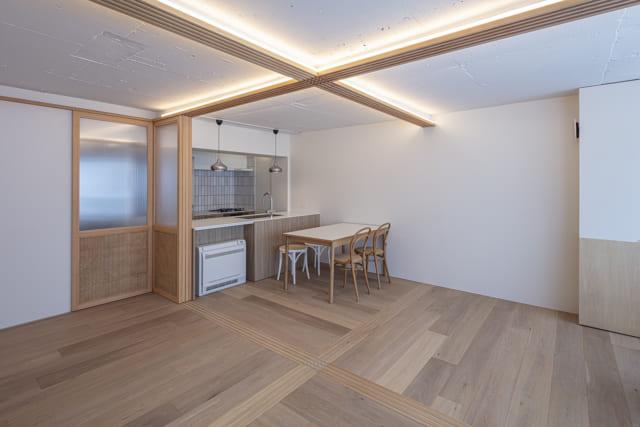 天井は、あえて躯体を現しに。レール上部に仕込んだLED照明で部屋全体を柔らかく照らす