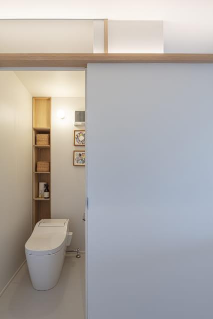 中央部に設けられたトイレ。欄間をガラスとすることで閉塞感をなくした