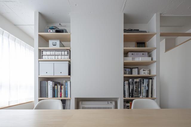 事務所スペースは、北側といえど明るく陽光が差し込む。床置きエアコンですっきりとした室内かつ、お手入れも簡単に