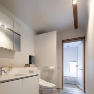1階洗面から浴室。お客様も使う可能性があるためプライバシーに配慮し、洗濯機はトイレの壁面の裏に隠した
