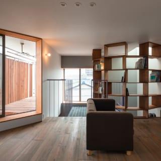 3階、仕切りなく自由度が高い空間のホール。ベランダに干した洗濯物を取り込んだら、ホールで畳んで同じ階の納戸に収納と、動線もスムーズ。寝室も配置した3階は2階より天井が低く、寝る前のひと時を落ち着いて過ごせる