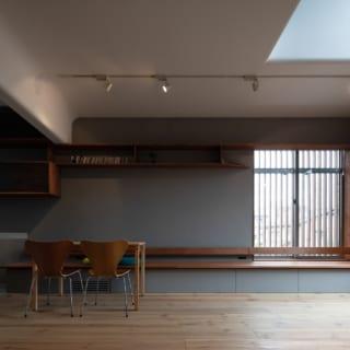 リビングダイニング。壁面には「本棚をつくるなら、本を読む場所もセットで」と戸川さんが提案し長いベンチを設けた。ベンチの下はすべて引き出し収納になっている。床材は足触りがよく、ぬくもりを感じられるパイン材を使用した