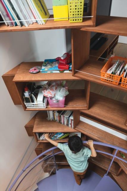 カルディを意識した螺旋シェルフ。両面から出し入れできるので本やDVDを前後に重ねても探しやすく便利