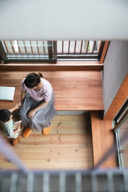 3階吹き抜けからベンチを見下ろす。シートを深くしたことで、小上がりのようにも使えるようになった