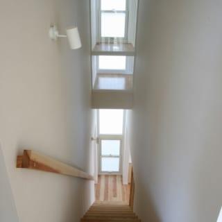 階段をのぼり切って振り返ると、親世代の寝室にあるワークスペースが見え、意外な視界にワクワクする
