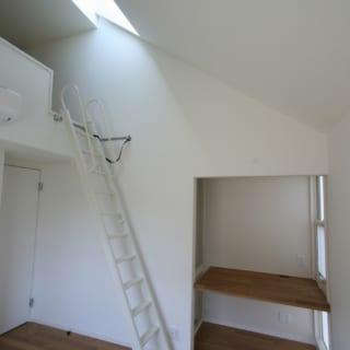 2階の親世代寝室。2室ある寝室はいずれも、ロフトとトップライト付き。上に抜ける開放感が心地いい