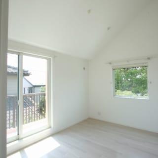 2階の子ども室。2階の部屋は三角屋根の形状を活かした勾配天井。空間に動きが生まれ、高さも出ている