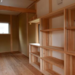 書斎から納戸を見る。書斎は、蔵書家であるH様ご主人のご要望で計画した。今は一続きの空間だが、書斎と納戸の間に建具溝を付けた鴨居を設け、建具をつければ仕切ることも可能にした