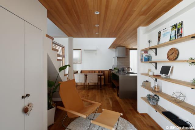 1階土間から、リクライニングソファが置かれたラウンジと、奥のダイニングを見る。1人の時間をゆったり過ごせるラウンジは、来客時にはダイニングと一体感のあるおもてなし空間にもなる。奥の右手はキッチン