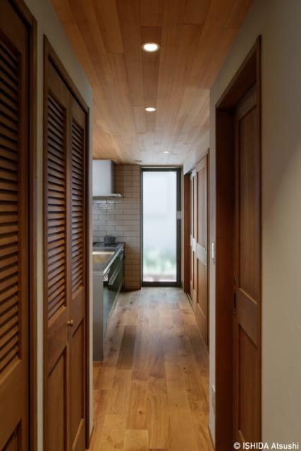 土間に面した造作収納の玄関側は、パントリースペース。ここを通って奥のキッチンへ直接行ける