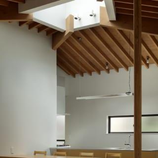 キッチン&ダイニング。左奥にはパントリーも。段差のおかげでテーブルが目立ち過ぎず天井をより高く感じる