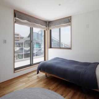 3階主寝室。窓越しにルーフバルコニーがあり、横浜港周辺やみなとみらいといった横浜らしい景色を一望できる